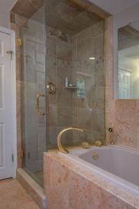 29. Hall bath 2